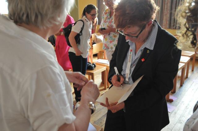 Helga Rohra signiert ihr neu erschienenes Buch
